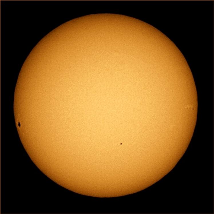 Le 9 Mai 2016, à 12h12 pour Greenwich, renforçant son message dans un transit rare, Mercure passe devant le Soleil