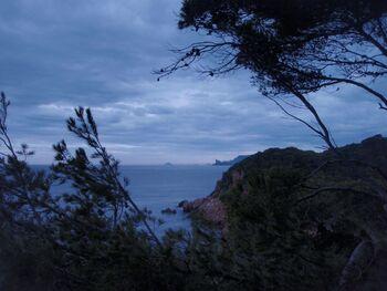 Sous un ciel chargé, vue sur le Bec-de-l'Aigle et le travers de l'île Riou