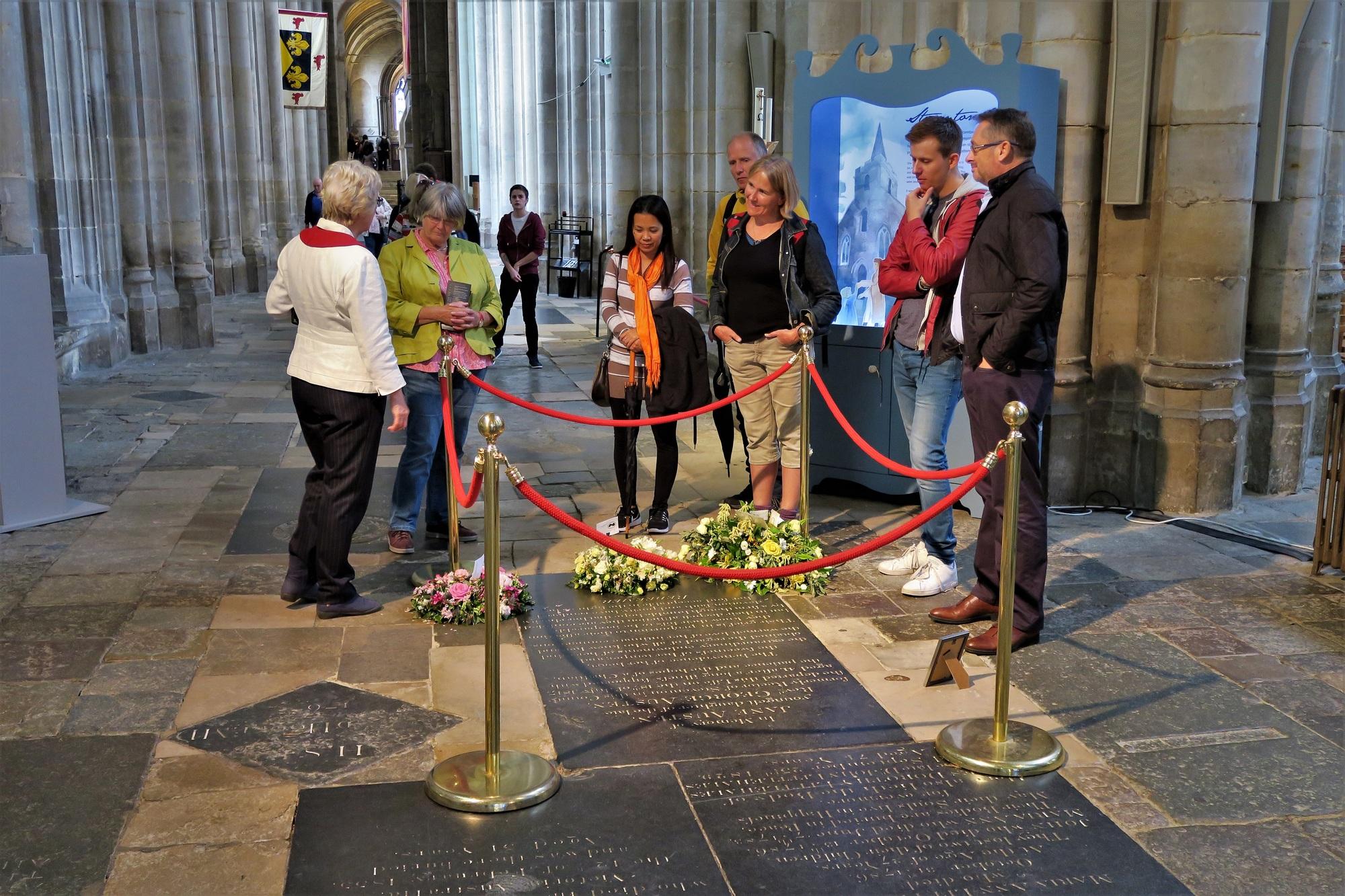 WINCHESTER, la Cathédrale : La tombe de Jane Austin. La dalle date de 1872 et remplace celle de 1817 où ne figurait pas la mention de sa qualité d'écrivain. A l'époque, une Lady n'avait pas à s'adonner à l'écriture .