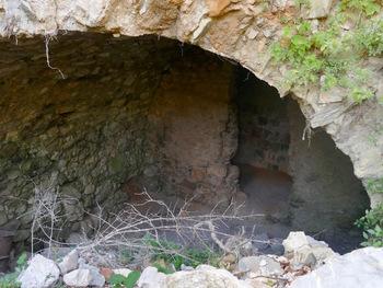 Ruines du Délubre. Noter les carreaux vernissés de différentes couleurs sur le mur du fond