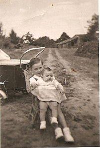 Marie-Claude sur les genoux de son frère en 1952 001