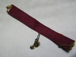 Bracelet violet en paper fabric et avec des pièces porte bonheur