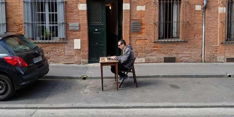 Toulouse : un entrepreneur installe son bureau sur une place de parking pour dénoncer les prix des loyers