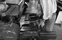 """Foulage de """"13 poèmes taillés dans la pierre"""" aux ateliers Harpo &"""