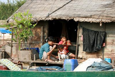 Blog de images-du-pays-des-ours :Images du Pays des Ours (et d'ailleurs ...), Petit déjeuner sur le pas-de-porte au lac Tonle Sap - Cambodge