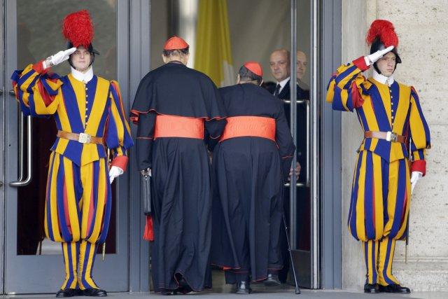656688-cardinaux-arrivent-vatican-pour-seconde