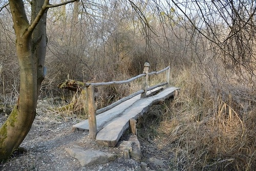 ... un petit pont de bois...