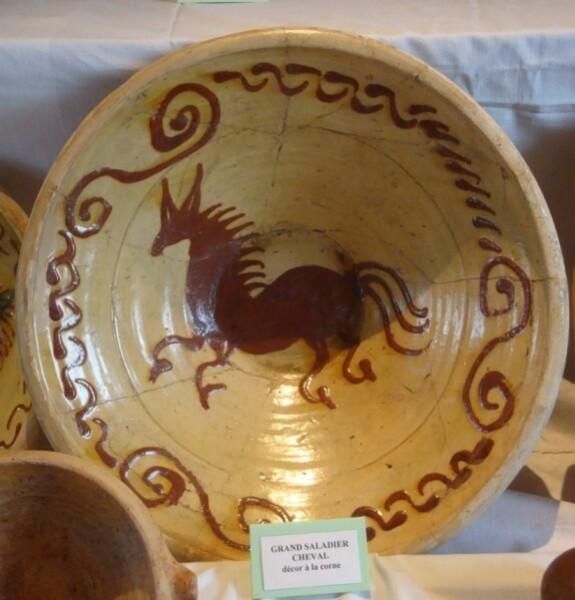 Poterie de Martincamp, grand plat, décor cheval 1