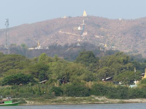 arrivée à Mingun, site religieux très important;