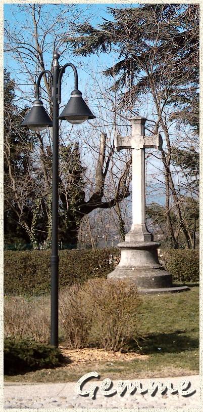 Lampadaire et croix, Place des 4 Vierges, Ste-Foy