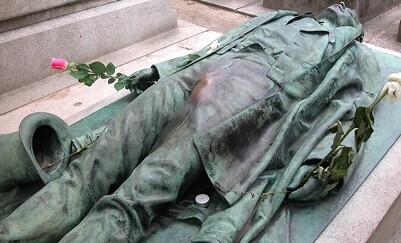 La tombe de Victor Noir au cimetière du Père Lachaise