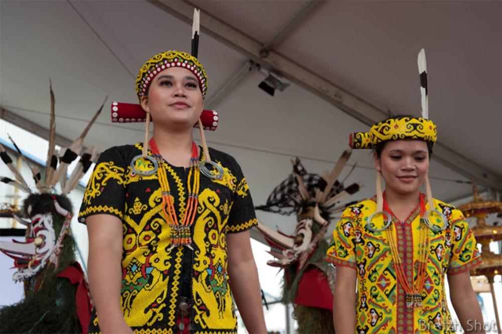 Tonnerre de Brest - Les troupes de danse de la tribu Kutai et de la tribu Dayak ont animé le Pavillon d'Indonésie