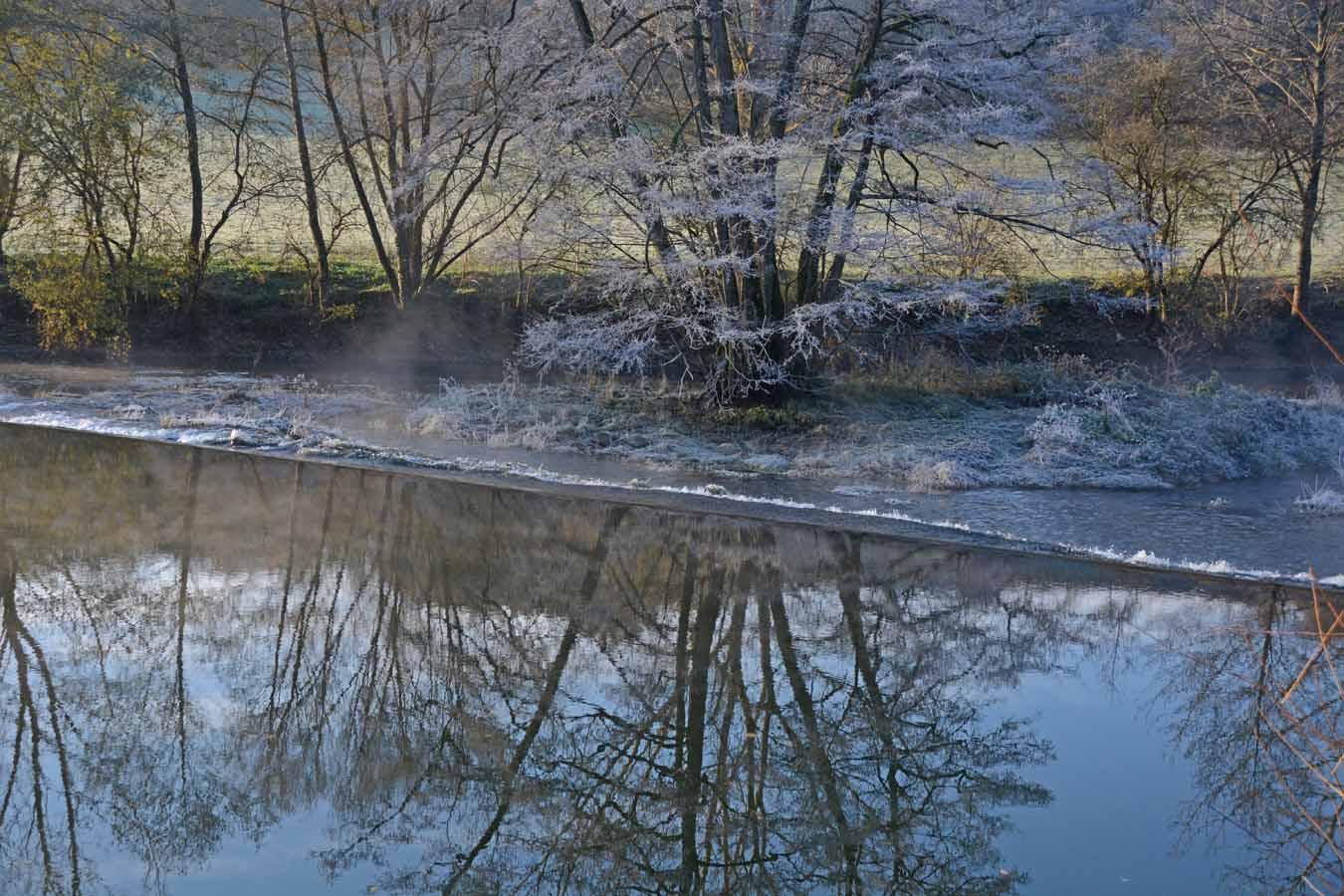 En longeant la rivière...