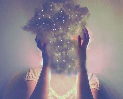 femme-avec-un-nuage-dans-la-tete-2