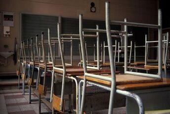 chaises_tables_ecole_classe_vide_greve_enseignants_professeurs_tableau_630x420_scalewidth_630