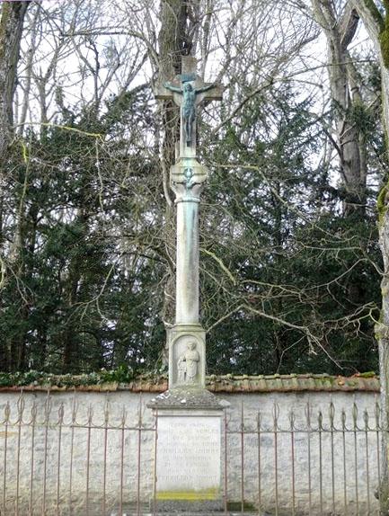Une croix de Marcenay représente Saint Vorles et l'enfant sauvé des flammes...