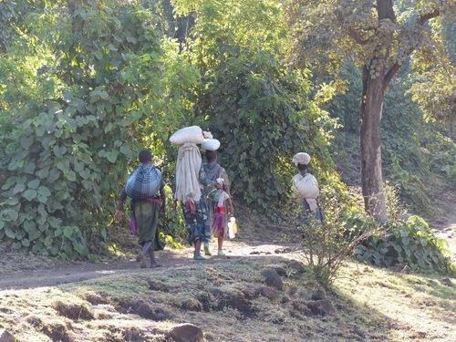 des villageois allant ou entrant du marché