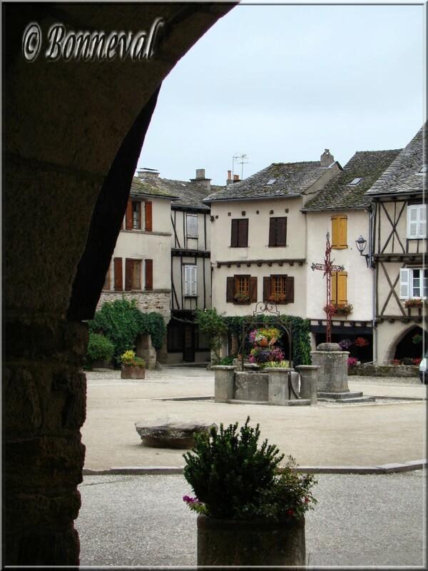 Sauveterre-de-Rouergue Aveyron puits et croix en ferronnerie Place des Arcades