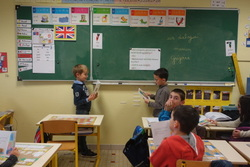 Lecture : les CP présentent leurs dialogues à la classe