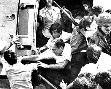"""Panique à Saïgon - 30 avril 1975 - Explications fraternelles entre """"occupants"""" et """"collabos-opposants modérés"""" lors du sauve-qui-peut. Préfigurant les scènes à venir au Moyen-Orient..."""