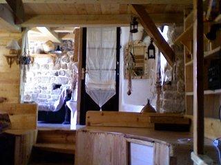 Intérieur du F3. Vue de la salle à manger ; entrée dans le salon ; entrée de la salle de bain.