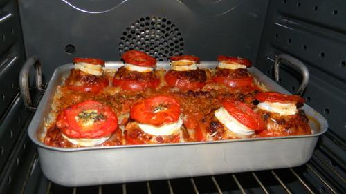 Tomates farcie au boeuf haché, chair à saucisse et chèvre! Savoureuse, pas sèche et simple à faire