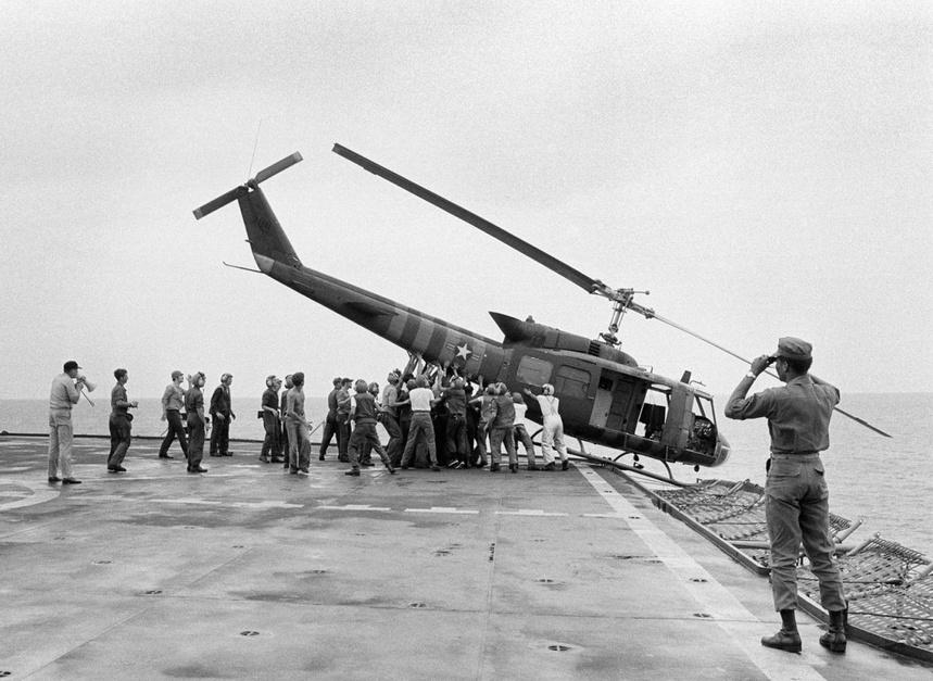 Débâcle de Saigon - 30 avril 1975 - l'US Navy jettant par-dessus bord ses hélicoptères pour embarquer davantage de fuyards
