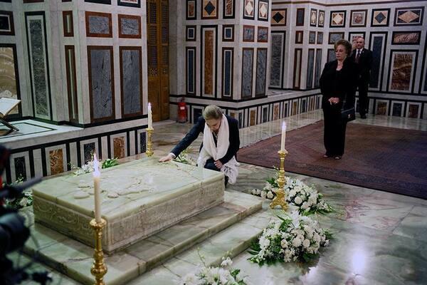 Farah sur la tombe de son époux en Egypte  (26/08/2016)