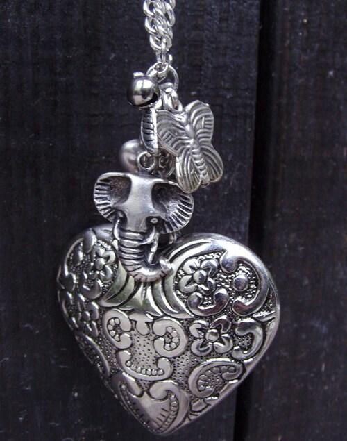 Sautoir coeur avec ses charms argentés éléphant, fleurs, coeur, grelots, feuilles, papillon...