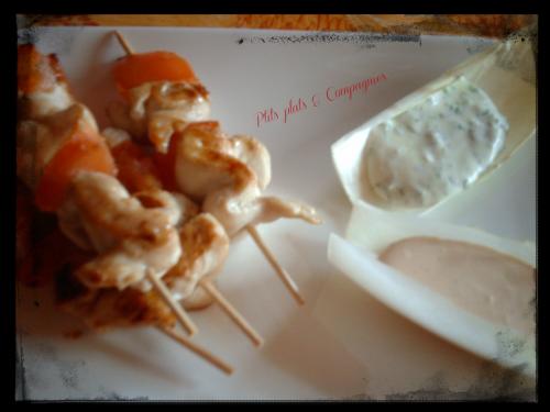 Brochettes yakitori de poulet et ses sauces en bâteau
