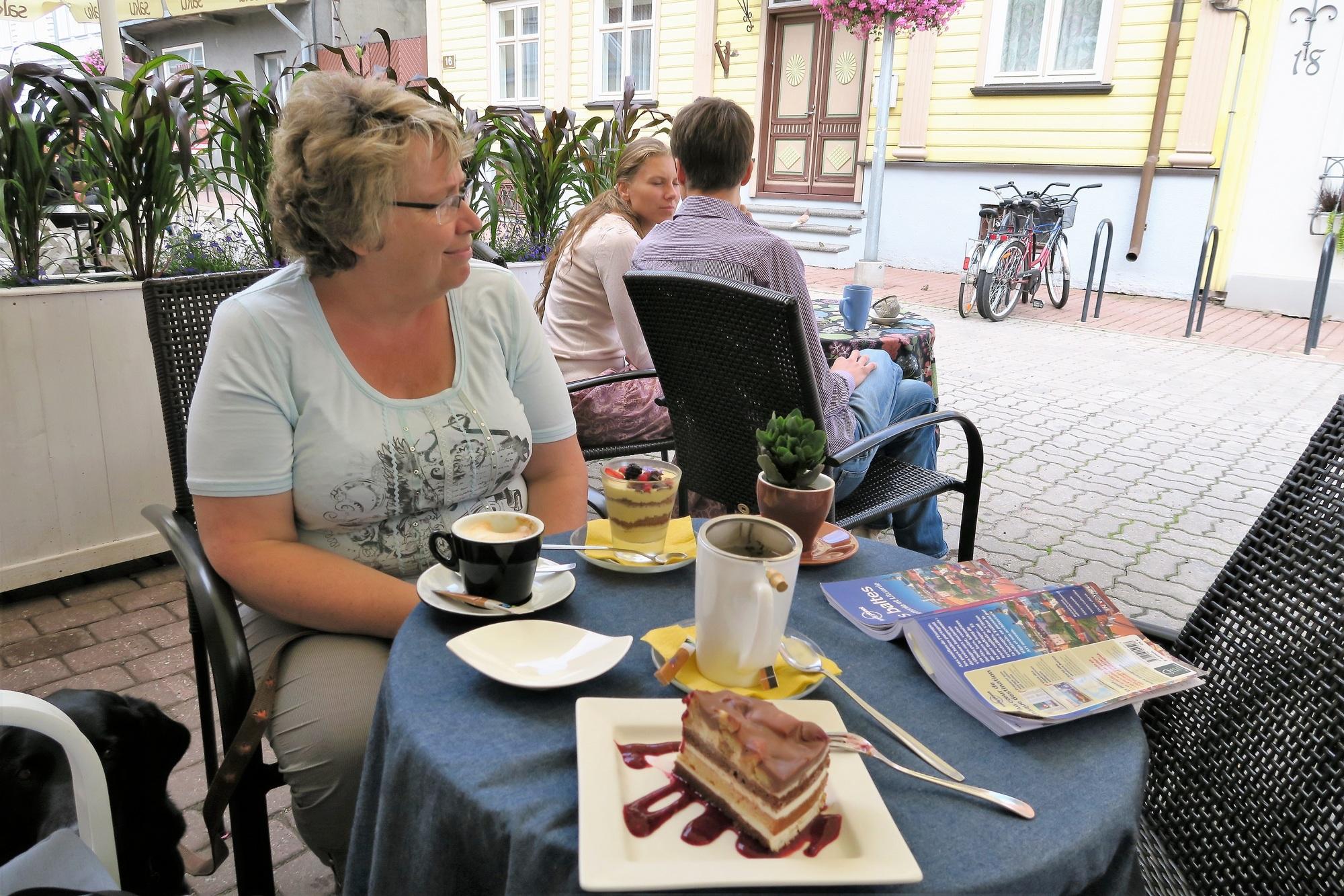 PÄRNU (EST) A la terrasse du café Piccadilly