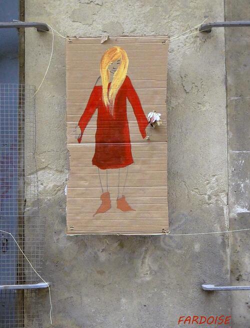 La petite fille sur un carton