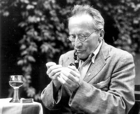 L'un des pères de la mécanique quantique, le prix Nobel de physique Erwin Schrödinger. Sa mécanique des ondes de matière gouvernées par l'équation portant son nom a permis de comprendre les propriétés des atomes et des molécules. Il a découvert avec Einstein, en 1935, le phénomène d'intrication quantique impliqué par son équation.