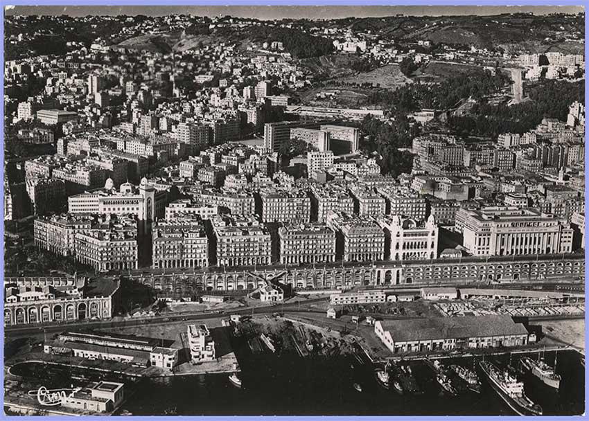 Vue aérienne sur le boulevard Carnot, la Nouvelle Mairie, la Préfecture, la Poste et le Gouvernement Général