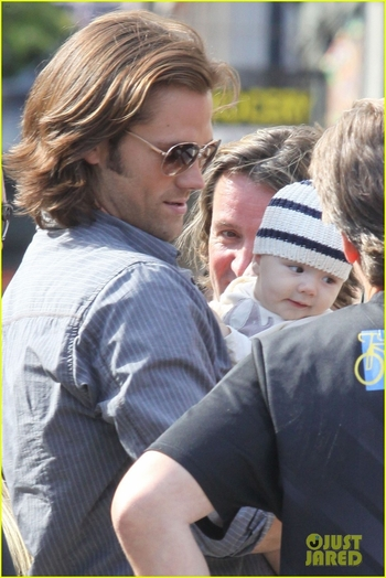 jared-padalecki-supernatural-set-visit-from-thomas-08