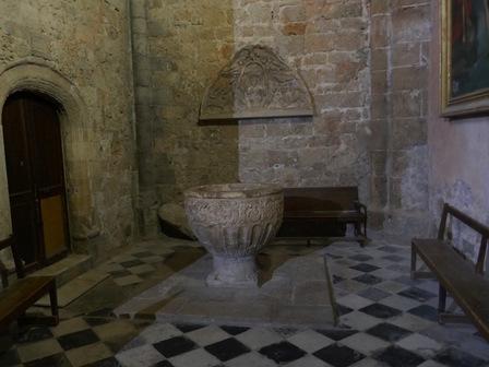 Au fond, un tympan sculpté du XIII ème.