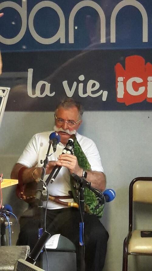 EMISSIONS DANS LES STUDIOS DE NOTRE RADIO LOCALE