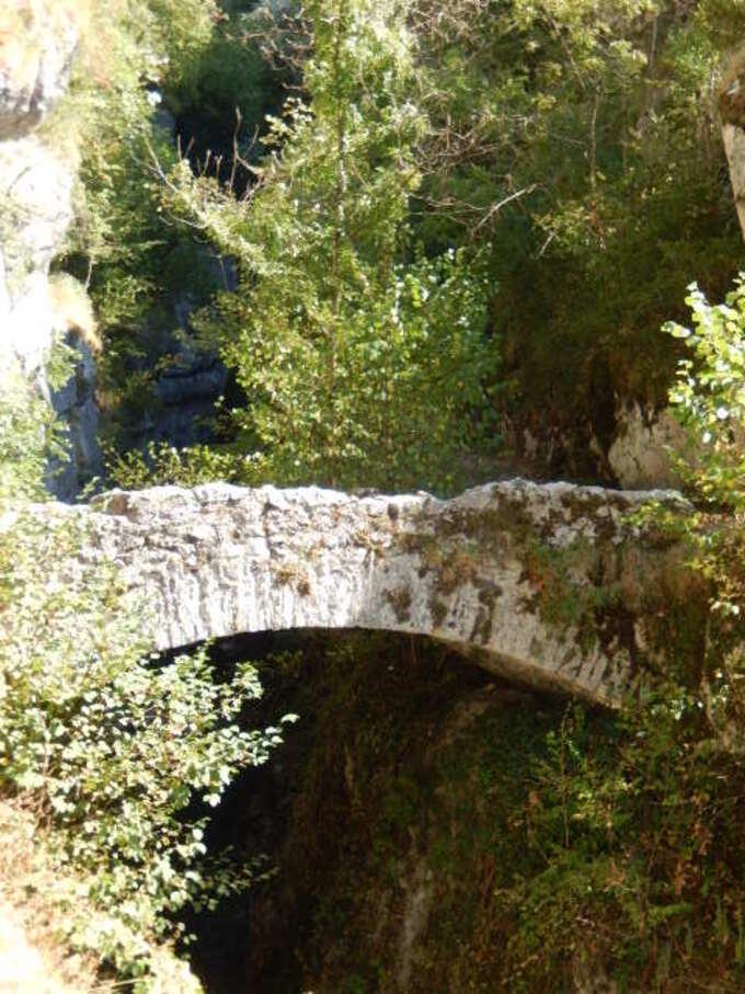 Savoie: Saint Christophe la Grotte et son petit pont Saint Martin sur le Guiers Vif