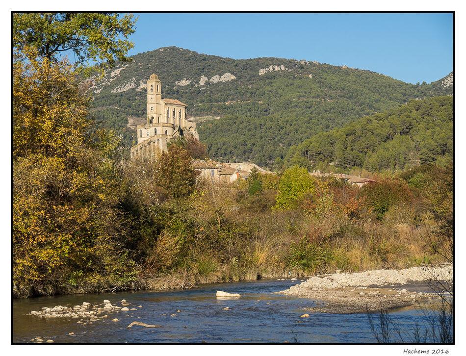La chapelle de Pierrelongue et l'Ouvèze