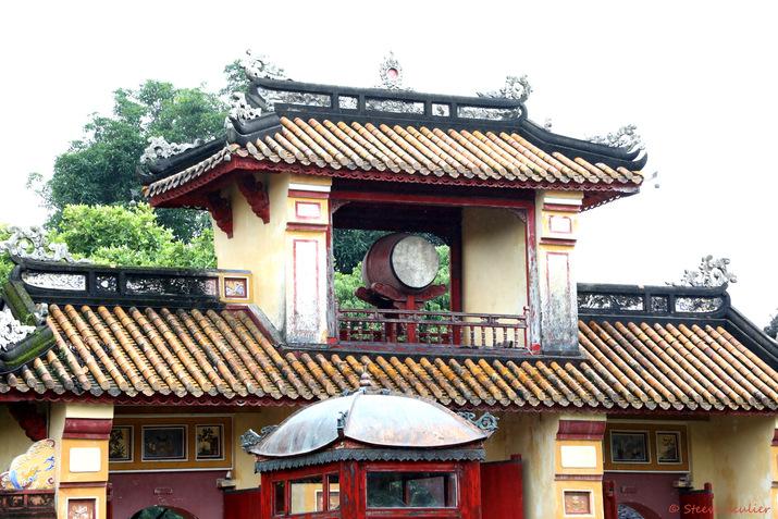 Cité impériale : porte Sung Công, surmontée d'une tour aux tambours