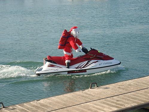 Image Pere Noel En Ski.On A Retrouve Le Pere Noel Il Est Arrive En Jet Ski Au