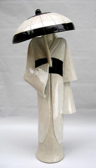 05 - Femme et ombrelle et céramique