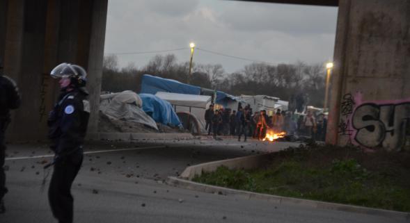 Policiers et CRS ont essuyé des jets de pierres.