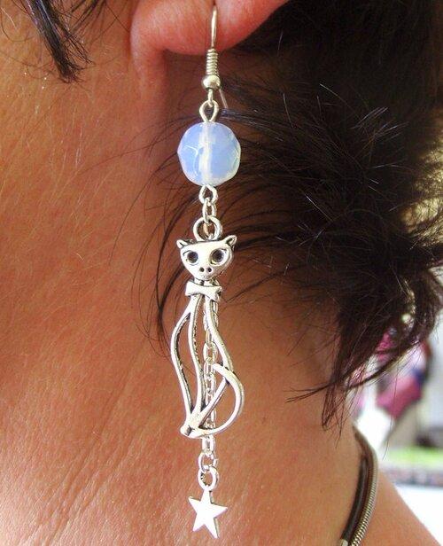 Boucles d'oreilles chat avec sa perle de verre et sa breloque étoile
