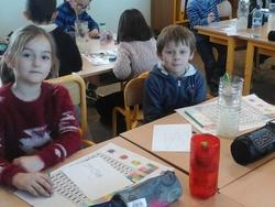 Les bulbes de jacinthes fleurissent dans la classe des CE1/CE2