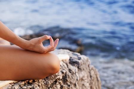 La méditation de pleine conscience consiste à se concentrer sur ses sensations présentes, sans connotation spirituelle particulière.