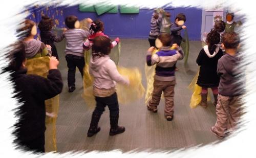 Danse avec les foulards: les petits de chez Madame Anne