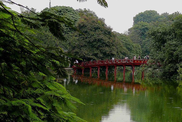 Le lac Hoan Kiem et le pont Long Bien (Paul Doumer)