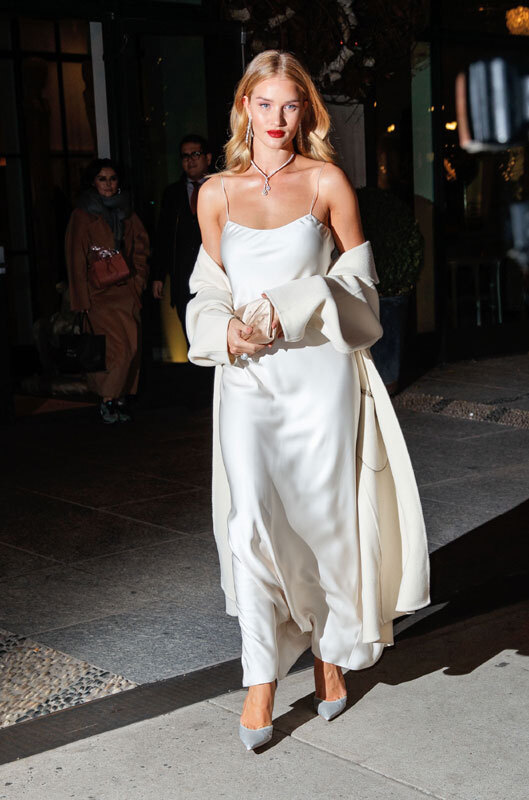 rosie_huntington_robe_blanche