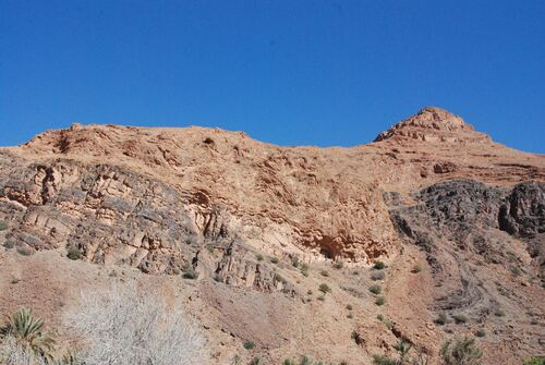 Vallée encadrée de belles montagnes